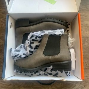 NWT DLG boots